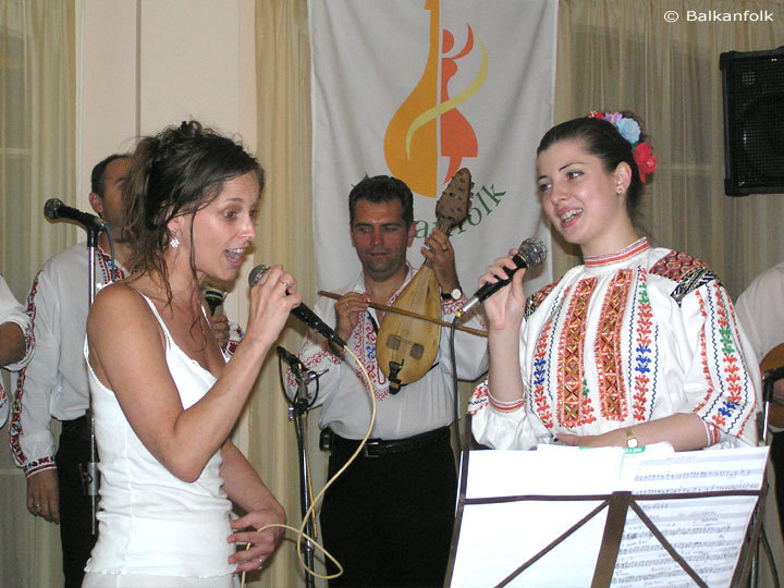 Dounia Depoorter and Ivelina Dimova is singing